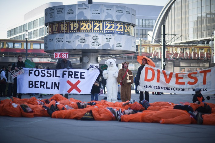 Global Divestment Day Berlin (Foto unter Creative Common License / Quelle: https://www.flickr.com/photos/350org/16342364217/in/album-72157650748983046/)