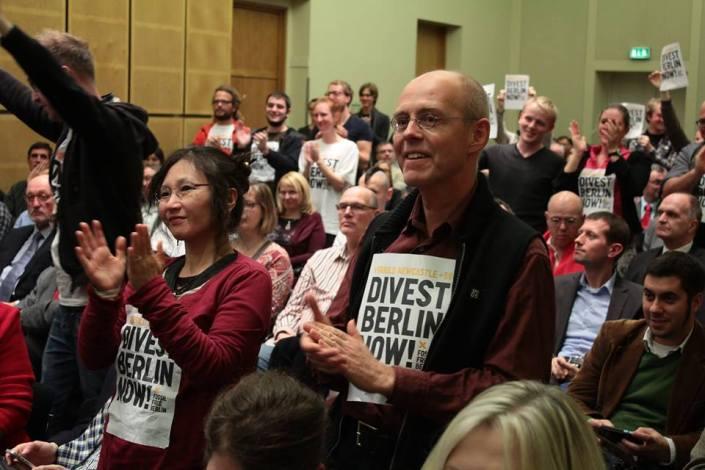 Standing Ovations für die Divestment-Empfehlung der Kommission im Abgeordnetenhaus (Foto: Fabian Franke/Fossil Free Berlin)