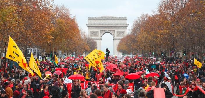 Aktivisten bei der Red Lines-Aktion am Triumphbogen / Foto: 350.org