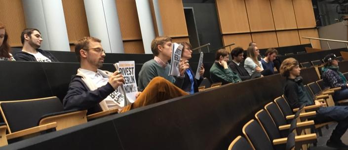 Auch ins Abgeordnetenhaus schmuggelten wir unsere Botschaft: Divest Berlin Now!